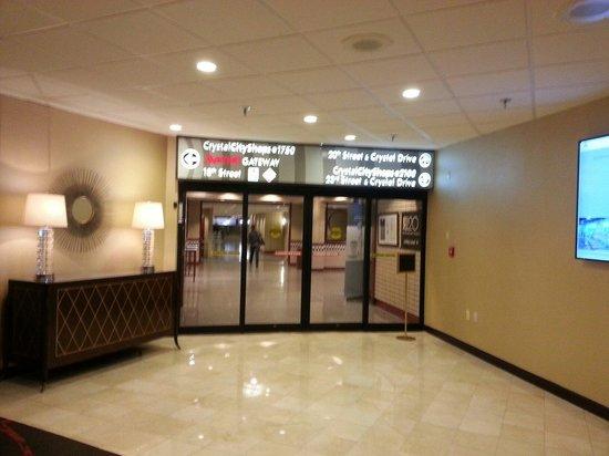 El hotel tiene acceso directo al Metro de DC, desde el mismo edificio.