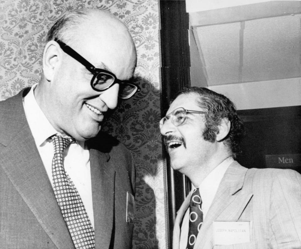 Joseph Napolitan (derecha), con el analista político Richard Scammon.